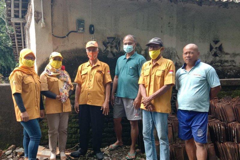 Ketua MKGR Kulon Progo bantu meteran listrik di Bunder III Banaran