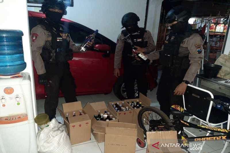 Penjual miras tanpa izin di Solo ditangkap, Anggur Merah dan Bir Bintang diamankan