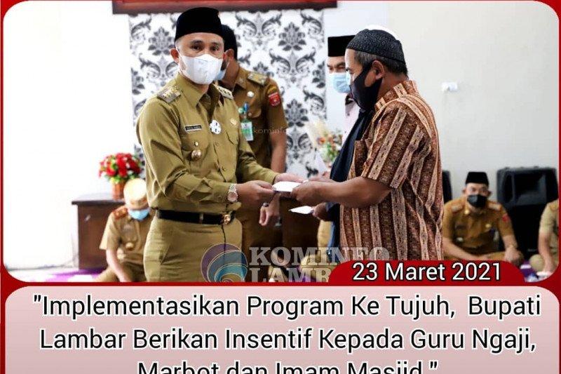 Bupati Lampung Barat serahkan 221 insentif kepada guru ngaji dan imam masjid