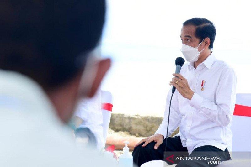 Presiden bercanda soal sepak bola bersama  para nelayan di Maluku Tengah
