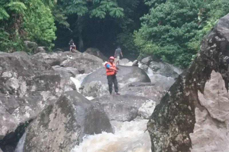 Tiga mahasiswa terseret air bah di Lubuk Hitam Padang