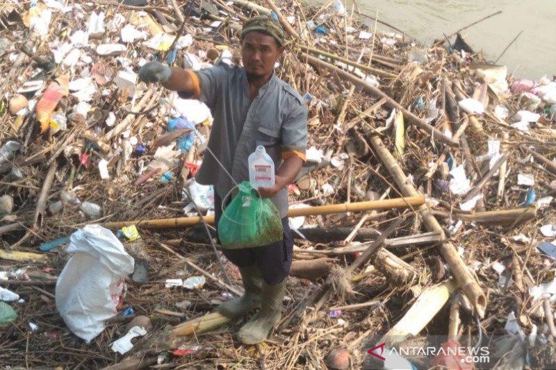 """""""Amphibi"""" bersama warga bersihkan Sungai Deli dari sampah"""