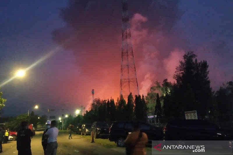 Kebakaran kilang Pertamina Balongan hingga Selasa pagi belum padam