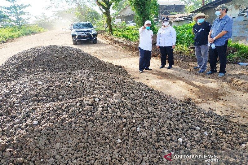 Prihatin jalan provinsi rusak parah, sopir di Sampit sumbang material