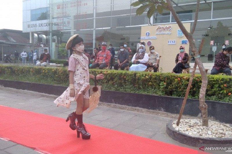 """Desainer muda tampilkan koleksi busana di """"Jambi Fashion Street"""""""