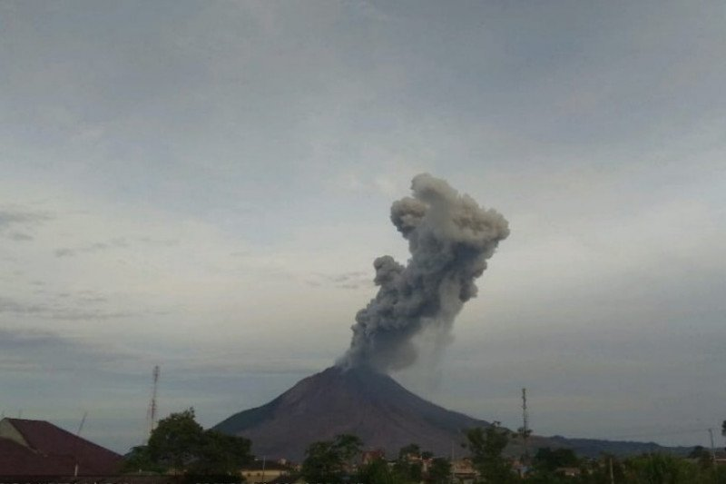 Sinabung erupsi semburkan abu vulkanik 2.000 meter