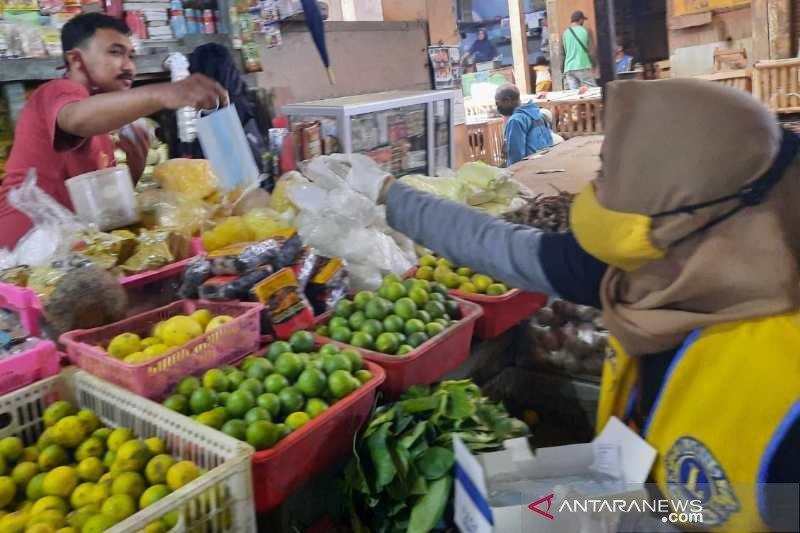 Cegah COVID-19, relawan Lion Club Sindoro bagikan masker di Pasar Temanggung