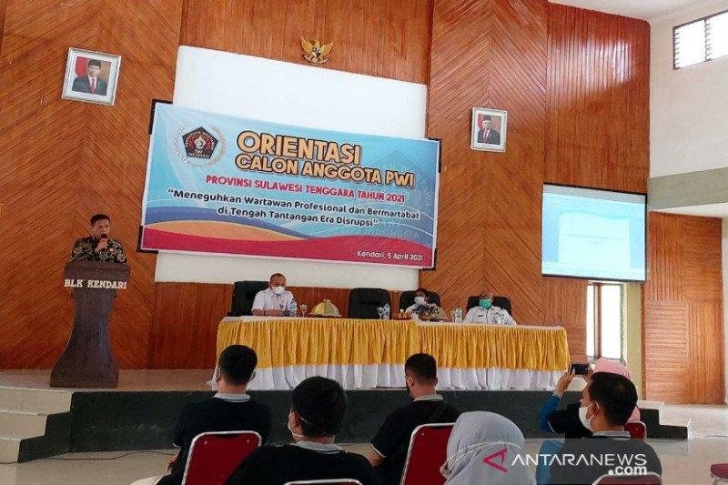 Ketua DPRD Sultra ajak wartawan mengkritik dengan beri solusi