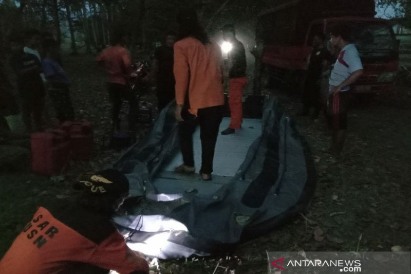 Tim SAR mencari nelayan yang perahunya tebalik di perairan Kolaka