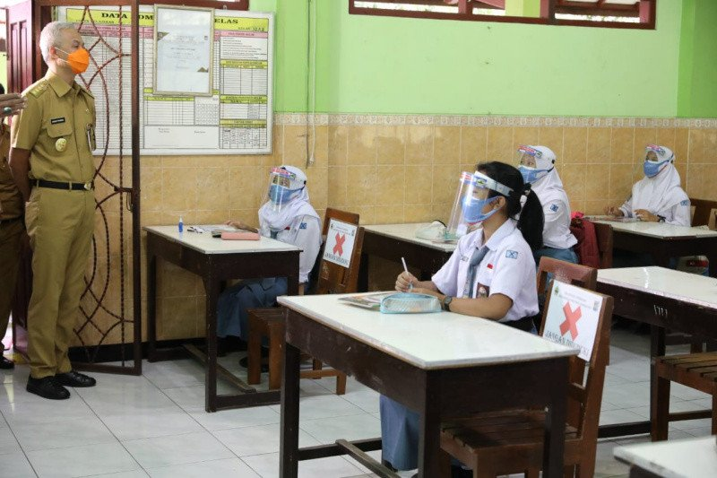 Ganjar sidak pelaksanaan uji coba PTM di SMAN 1 Kota Ungaran