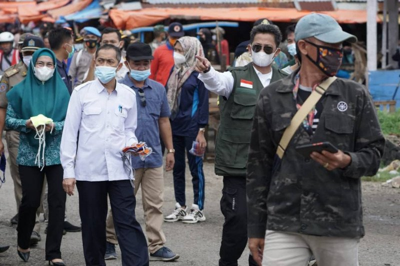 Pemkab Pesisir Barat bagikan masker ke masyarakat cegah penyebaran COVID-19