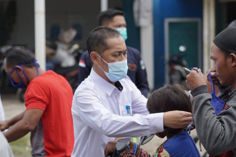 Sekda Pesisir Barat bagikan masker cegah penyebaran COVID-19