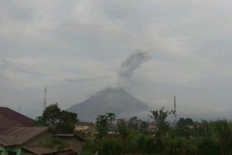 Gunung Sinabung semburkan abu vulkanik