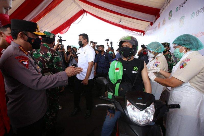 """Kapolri tinjau vaksinasi """"drive through"""" di Medan"""