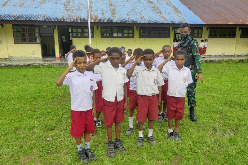 Satgas TNI latih baris berbaris siswa SD di perbatasan RI-PNG