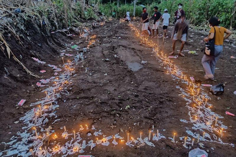 Jenazah korban tanah longsor di Lama Nele dimakamkan secara massal