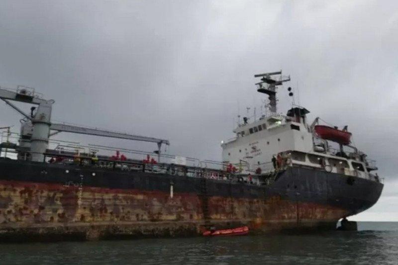 Dua kapal pengangkut semen dan minyak karam di perairan Sabu Raijua