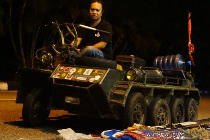 Kisah Rusman keliling Indonesia dengan Vespa berbentuk tank