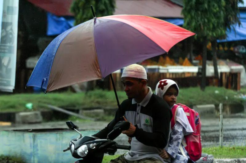 Hujan lebat disertai angin diprakirakan liputi sejumlah wilayah
