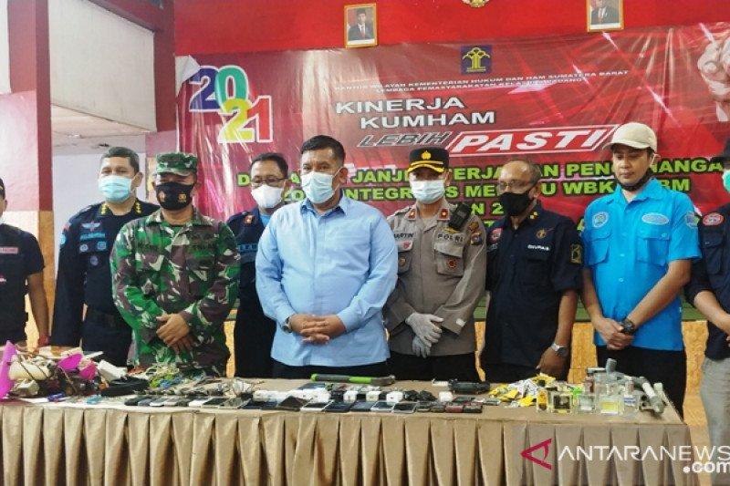 Petugas gabungan sita 20 ponsel razia LP Padang