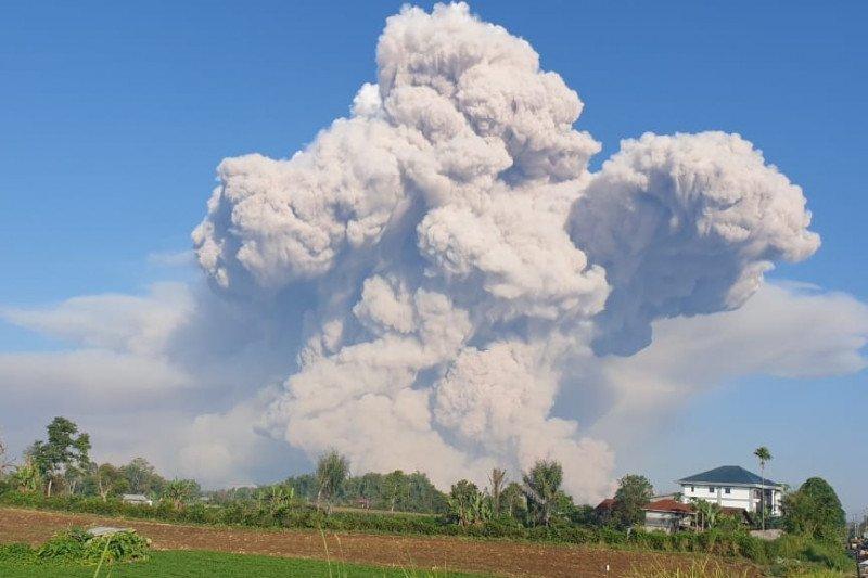 Gunung Sinabung erupsi abu vulkanik teramati setinggi 500 meter