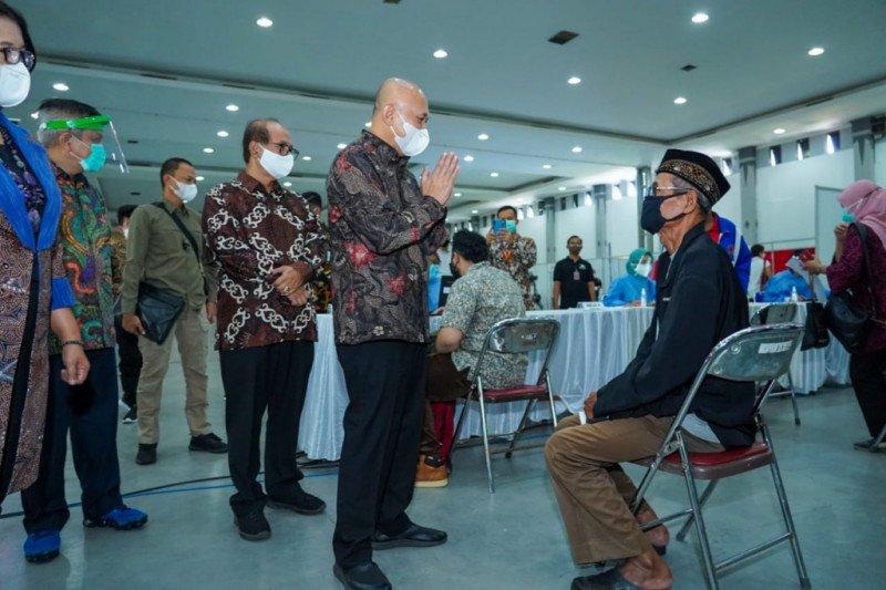 Menteri Teten meninjau vaksinasi massal untuk UMKM di DIY
