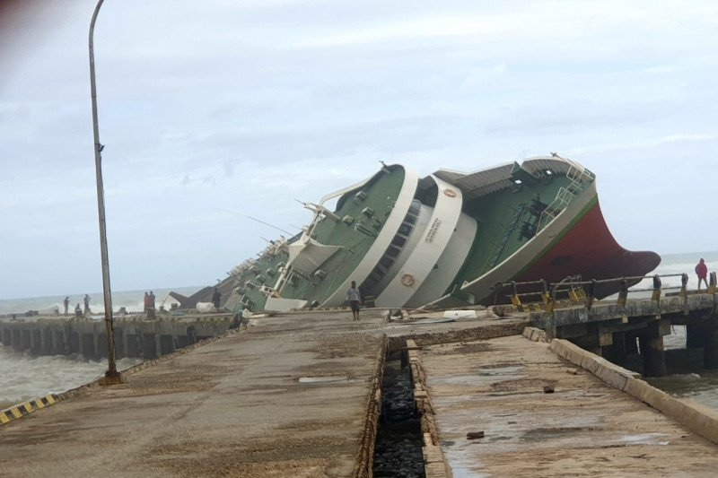 Dua kapal penumpang karam akibat badai siklon tropis Seroja di NTT