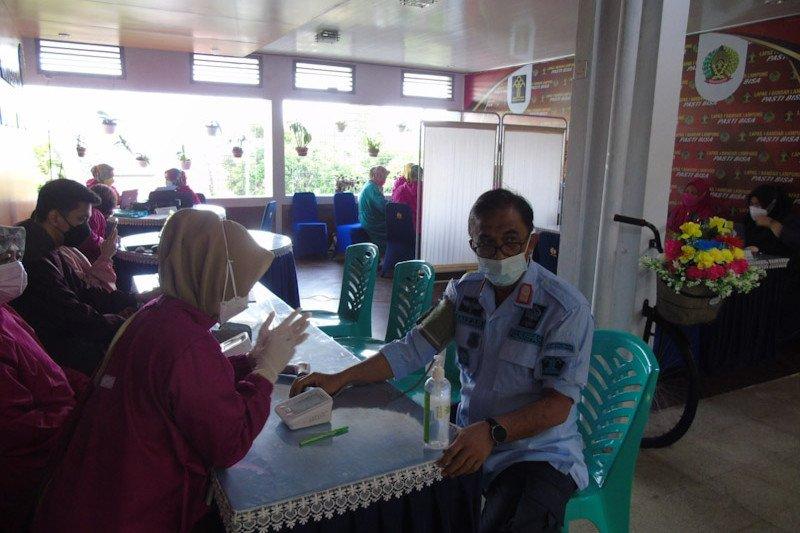 Pegawai dan warga binaan  Lapas Rajabasa Bandarlmpung disuntik vaksin