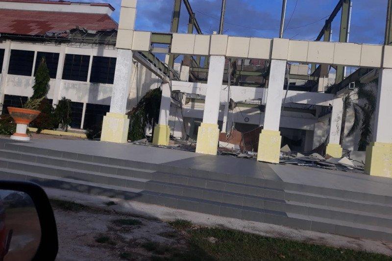 Ratusan warga Sabu Raijua mengungsi akibat terdampak badai siklon Seroja