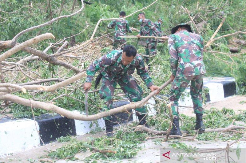Personil Brigif 21/Komodo bantu penanganan bencana di NTT