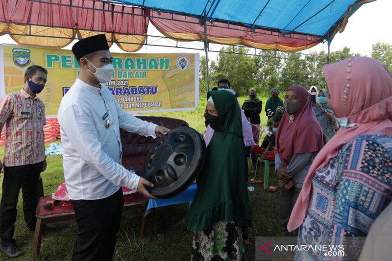 Pemkab Pangkep salurkan bantuan 243 bak air