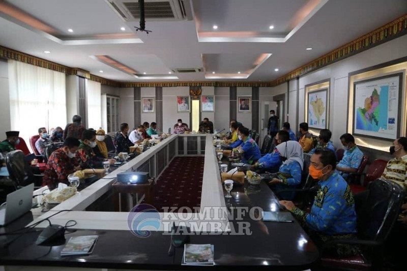 Pj Bupati Pesisir Barat lakukan kunjungan kerja ke Lampung Barat