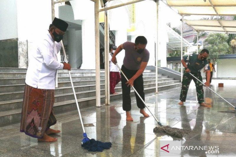Forkopimda Bekasi awali bersih-bersih masjid serentak