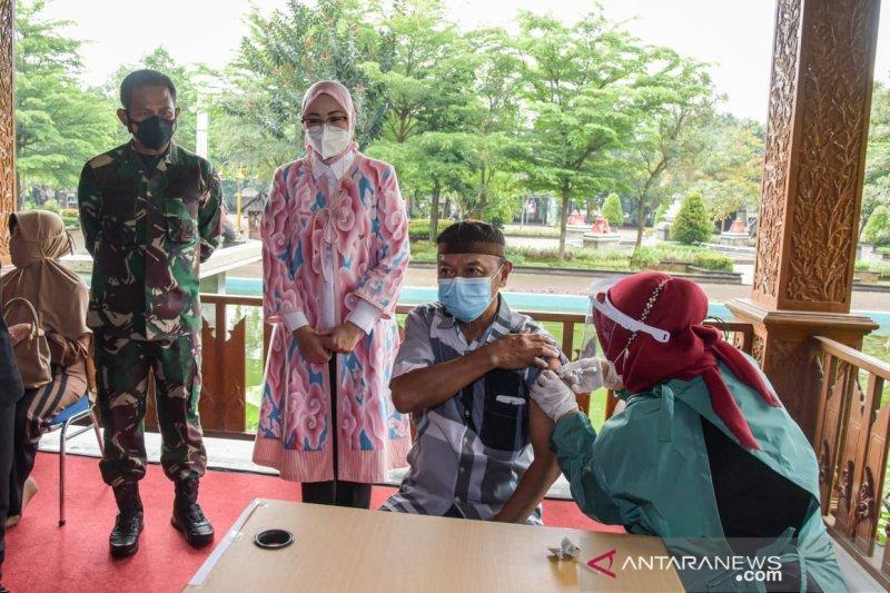 Pemkab Purwakarta mulai lakukan vaksinasi untuk lansia