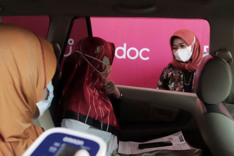 """Bupati Sleman memantau vaksinasi """"drive thru"""" di Candi Prambanan"""