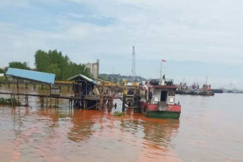 Satu kapal tongkang bermuatan minyak sawit tenggelam di Sungai Mahakam