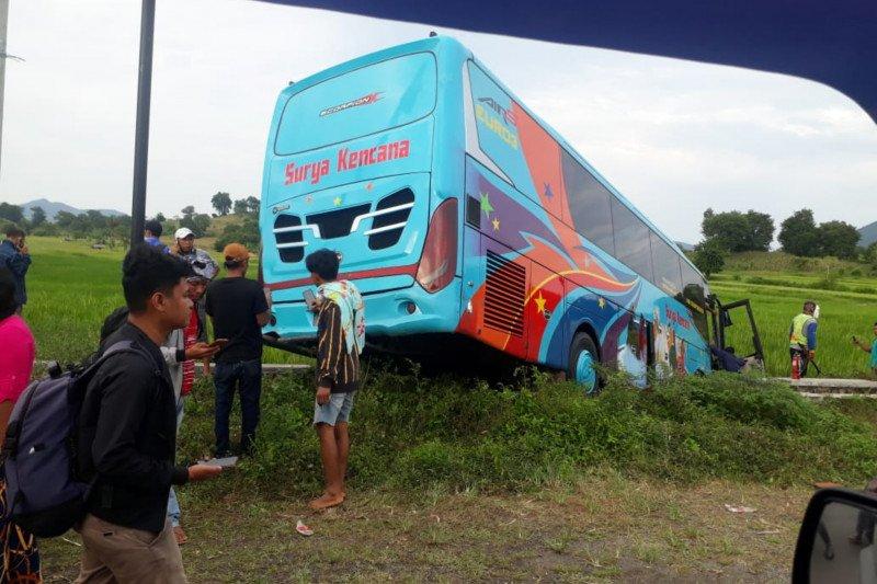 Ini kronologis tabrakan beruntun di Sumbawa, sopir terjepit dalam mobil