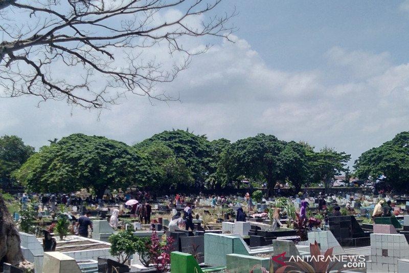 Warga Padang Ziarah Makam Sambut Ramadan