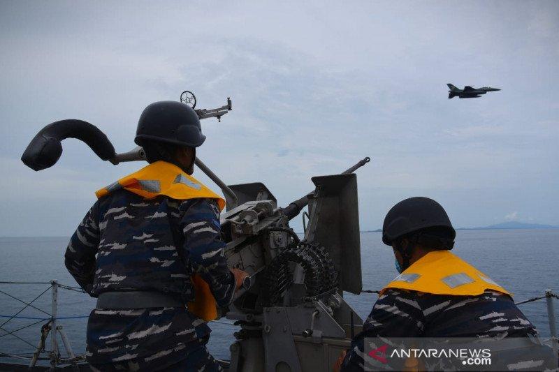 Pesawat TNI AU F-16 hadir saat latihan Operasi Amfibi
