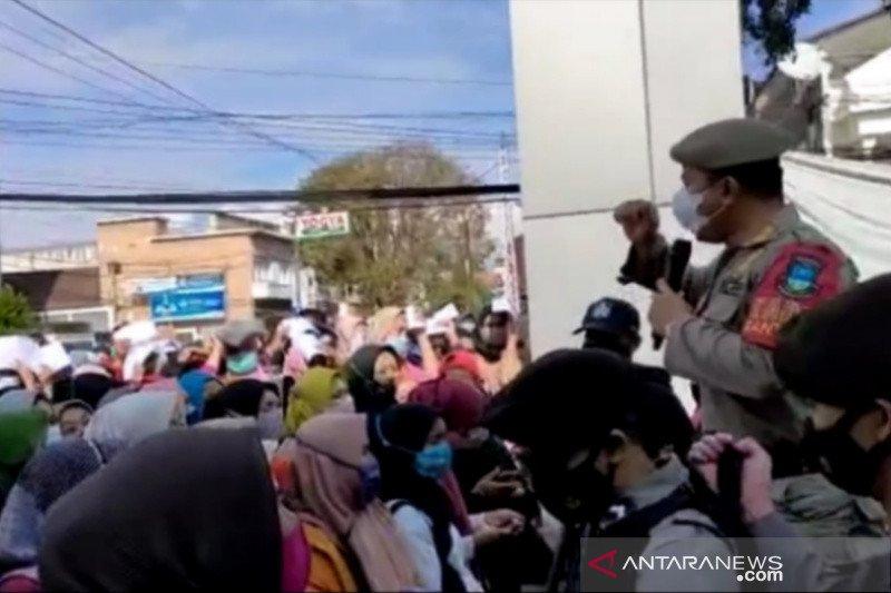 Petugas Satgas Garut tertibkan kerumunan penerima bantuan di kantor bank