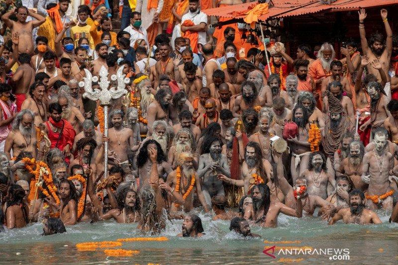 Ratusan ribu umat Hindu berkumpul di Sungai Gangga, India catat rekor kasus COVID