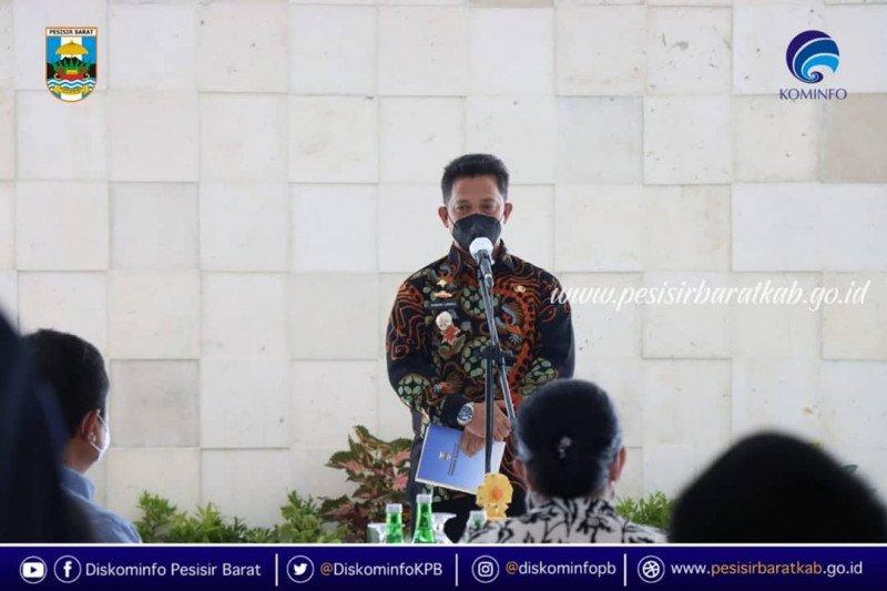 Penjabat Bupati Pesisir Barat ingatkan masyarakat terapkan prokes saat Shalat Tarawih
