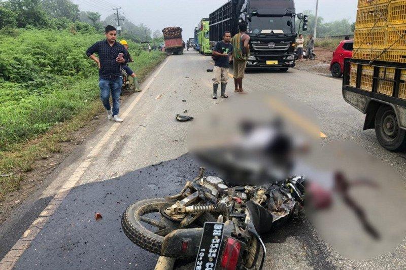 Suami istri tewas setelah motornya menabrak truk pengangkut sawit di Jalinsum