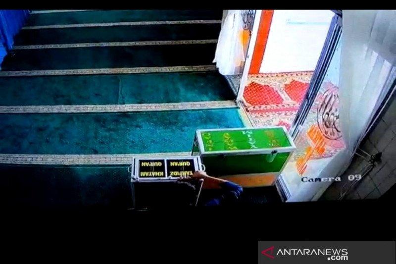 Maling kotak amal masjid terekam CCTV, Rp11 juta disikat
