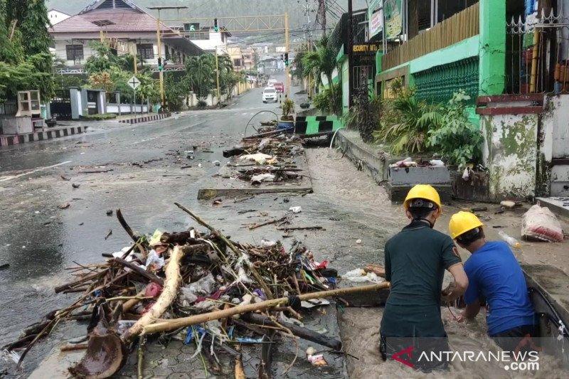 Dua tim Pemkab Banggai  atasi sampah-lumpur pascabanjir di Luwuk
