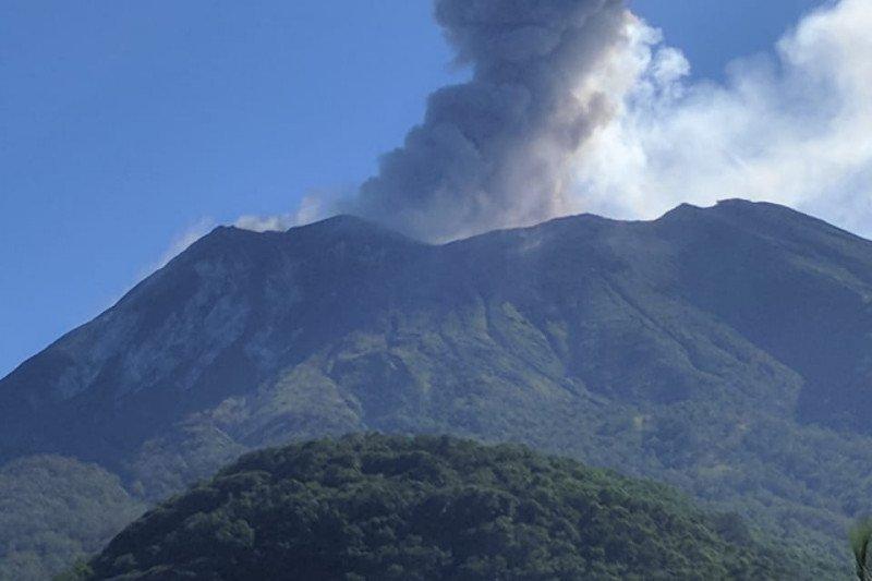 Gunung Lewotolok erupsi setinggi 1.000 meter
