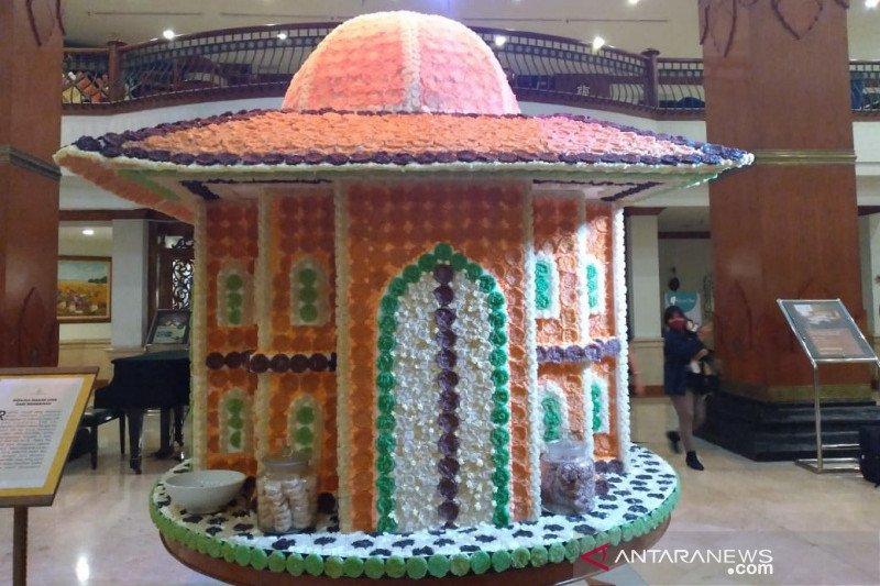 Miniatur masjid limasan dari rengginang dibuat The Sunan Hotel