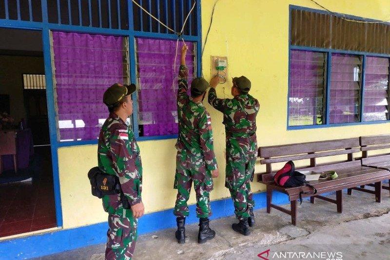 Satgas TNI nyalakan PLTS warga kampung Skofro perbatasan RI-PNG