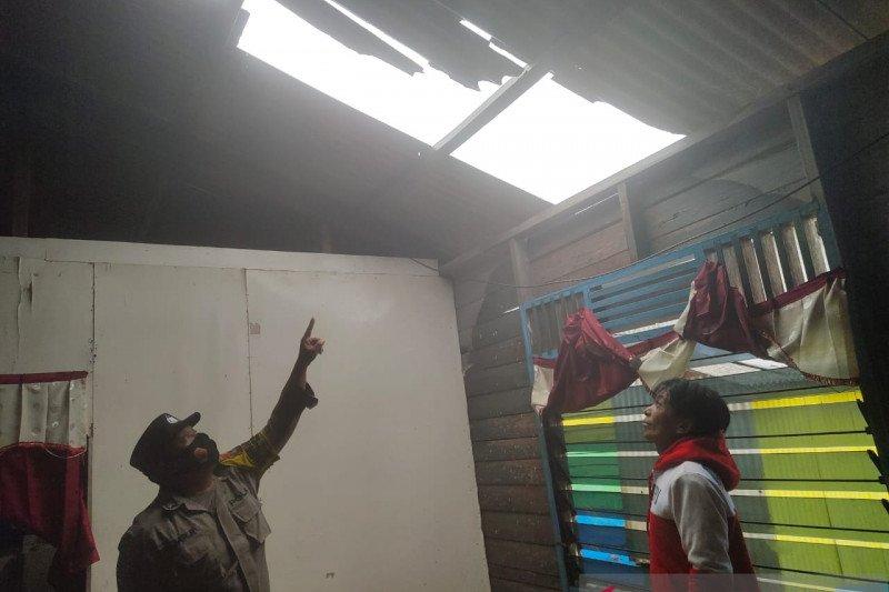 Puting beliung rusak sejumlah rumah warga di Kampung Bugis