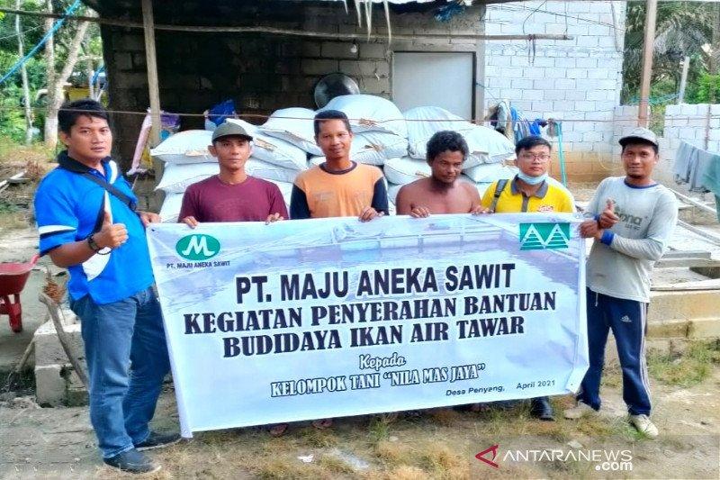 PT Maju Aneka Sawit berikan ribuan bibit ikan dan pakan untuk masyarakat